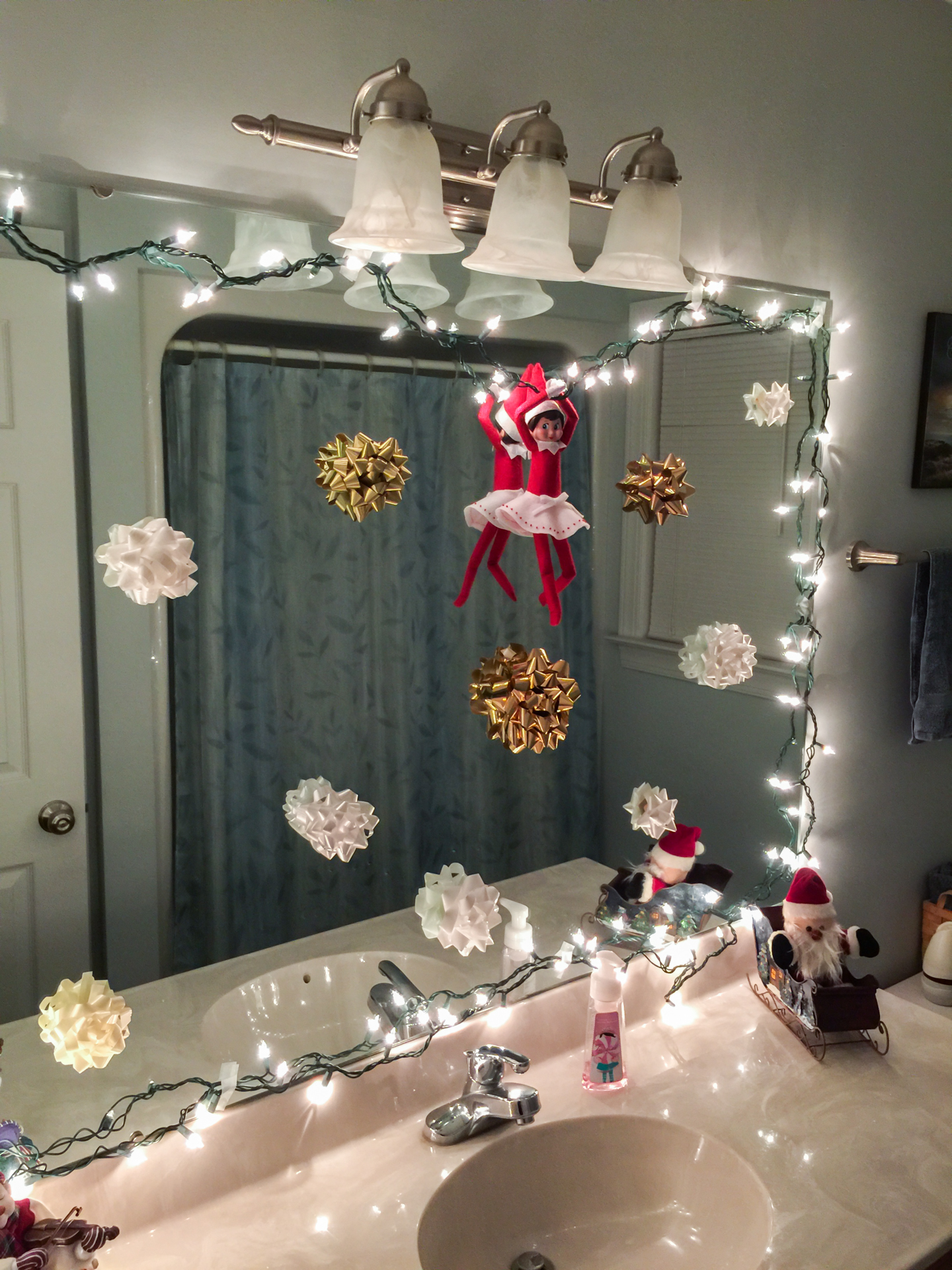 Elf on the shelf 2014 day 3 philip leslie kayli for Elf on the shelf bathroom ideas